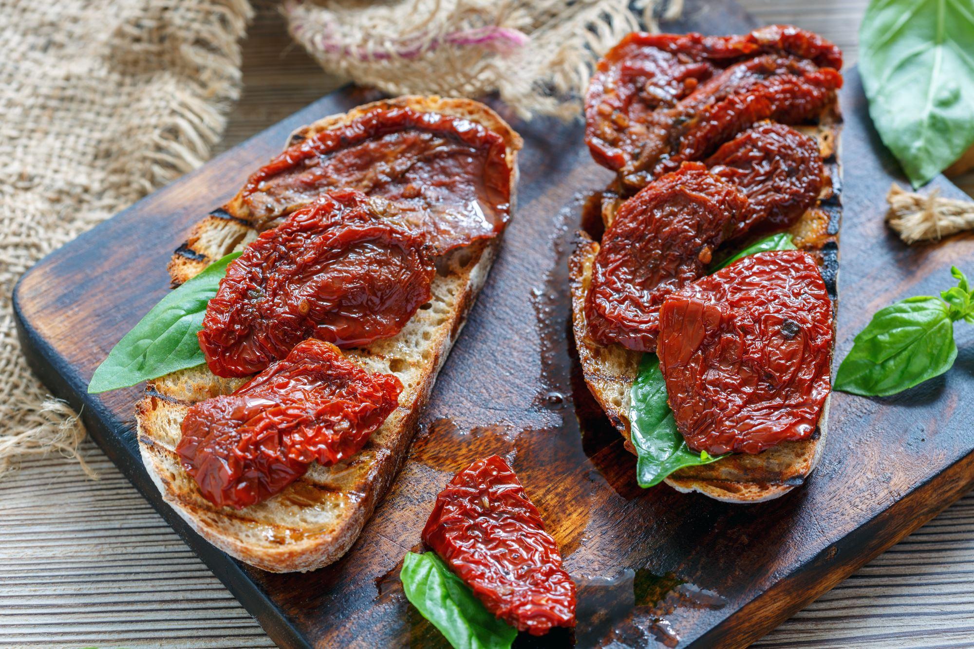 Bruschetta med soltørrede tomater og pesto