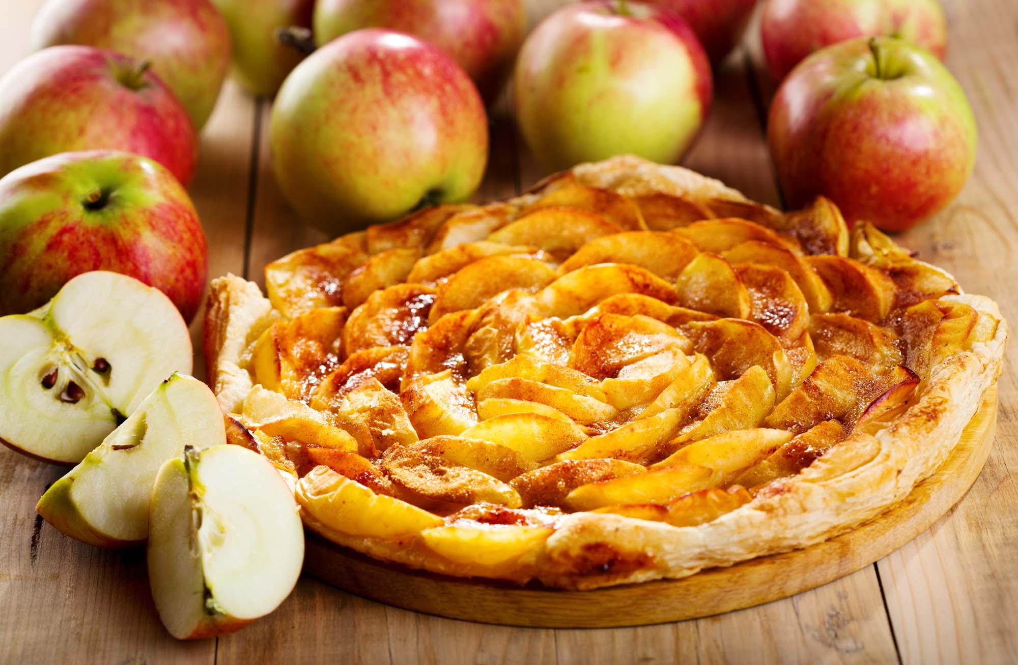 Bagt æblekage med marcipan