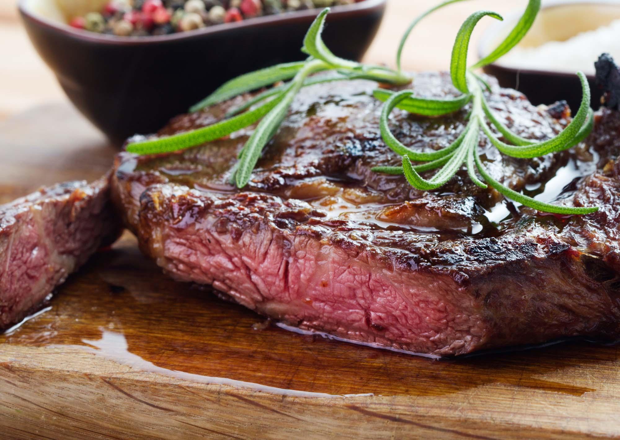 Grillede steaks med paprika-parmesansmør