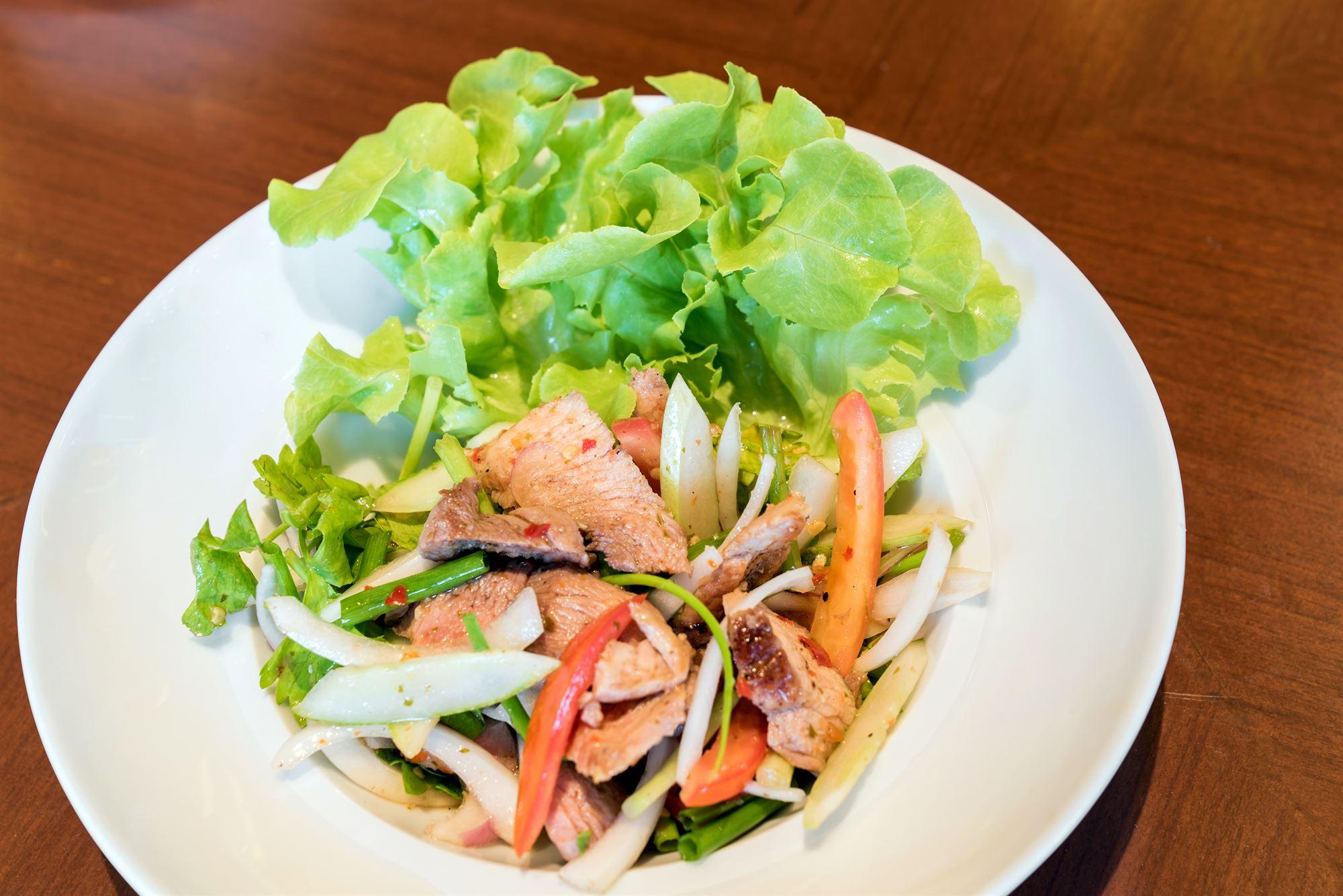 Thaisalat med svinemørbrad og lychee