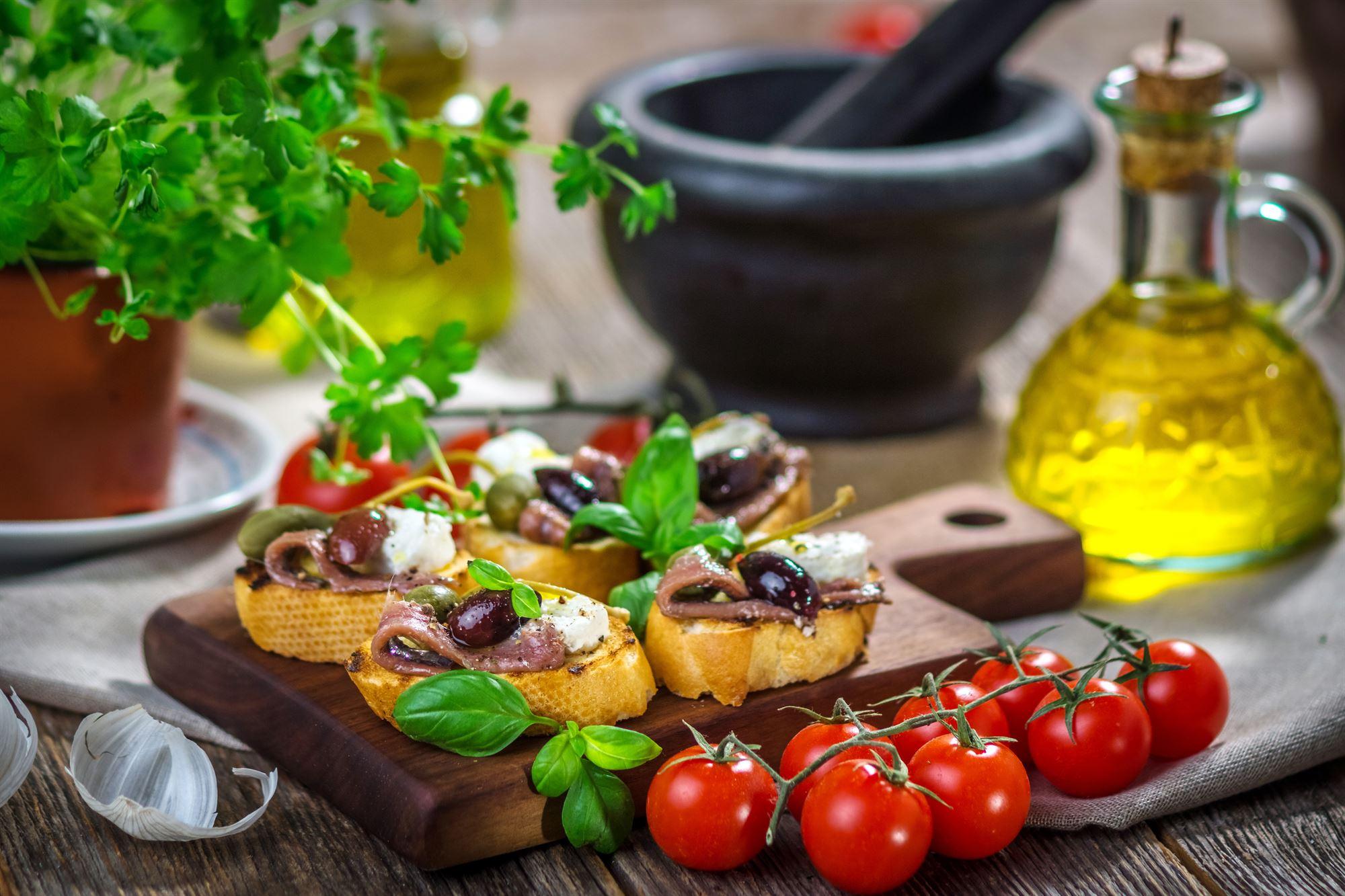 Ristet brød med ansjosfilet, peberfrugt og aubergine